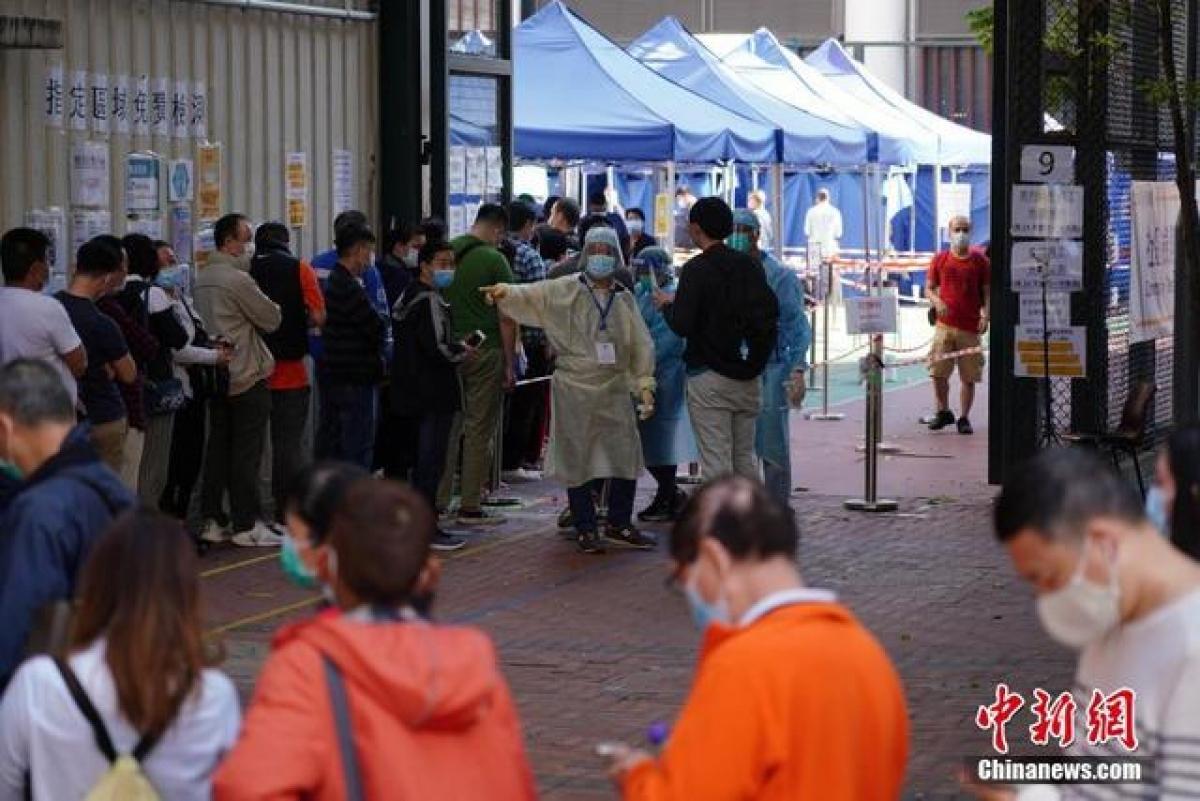 Người dân Hong Kong xét nghiệm Covid-19 trong dịp Tết. (Ảnh: Chinanews)