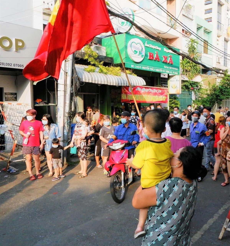 Người dân khu Mả Lạng vui mừng vì được gỡ phong tỏa sau 10 ngày (Ảnh HCDC)