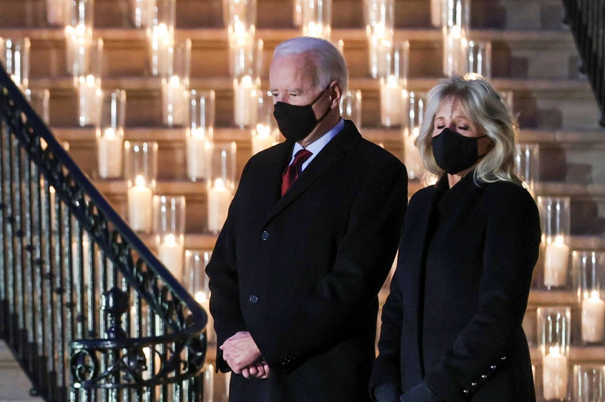 Tổng thống Joe Biden và phu nhân Jill Biden tại buổi lễ tưởng niệm những người đã tử vong vì Covid-19. Ảnh: Reuters