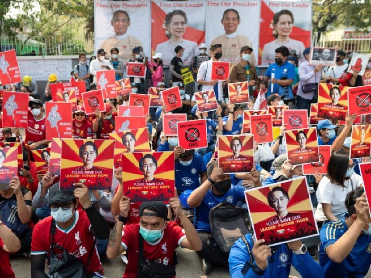 Người dân Myanmar xuống đường biểu tình ở Yangon ngày 21/2. Ảnh: Reuters.