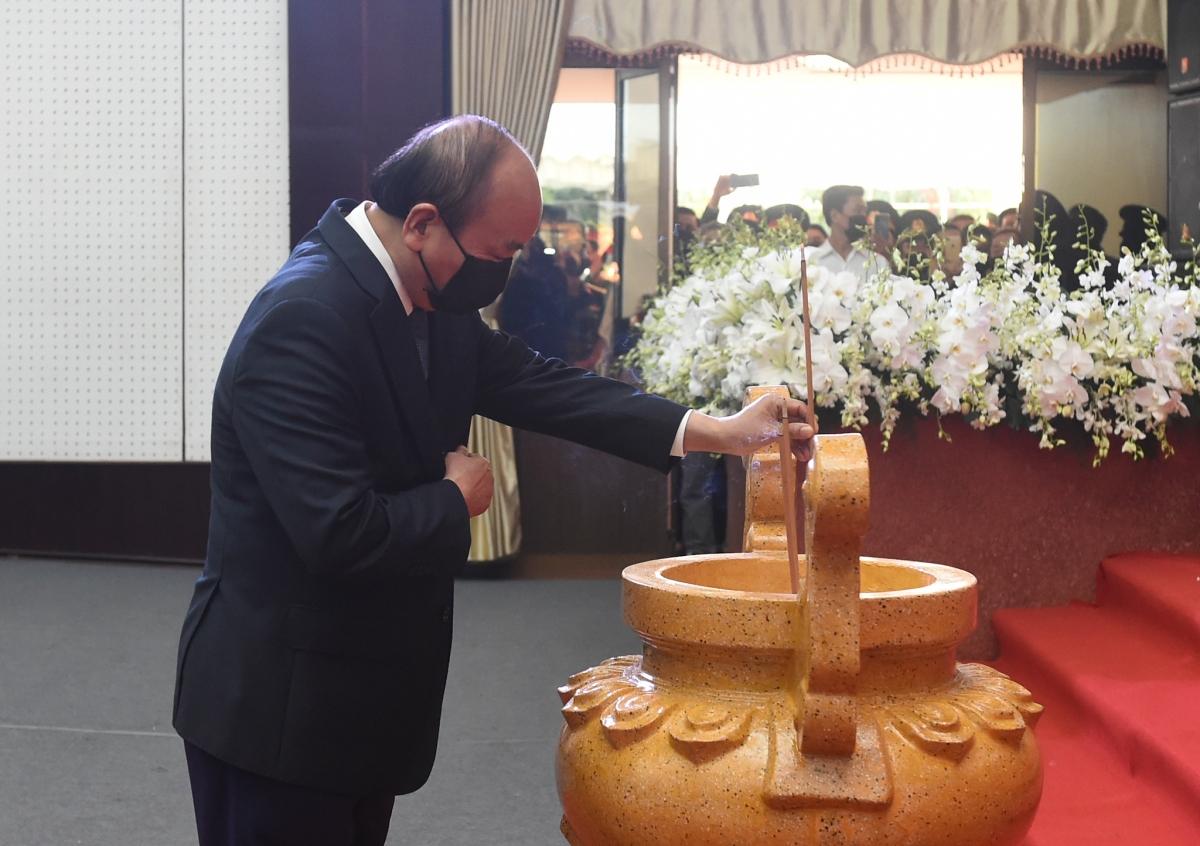 Thủ tướng Chính phủ Nguyễn Xuân Phúc thắp nhang kính viếng