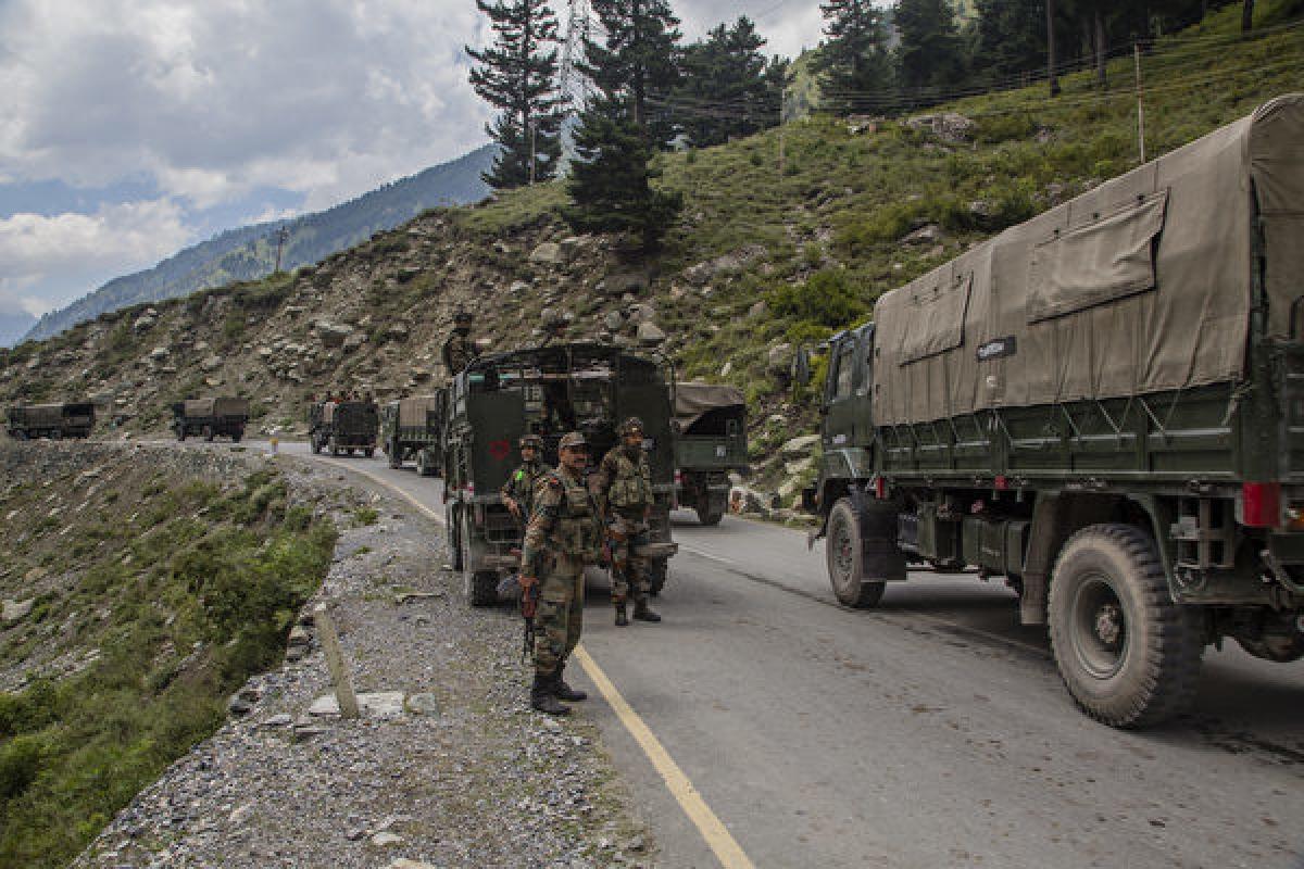 Hình ảnh đoàn xe quân sự của Ấn Độ đang vận chuyển vật tư tại biên giới Trung Quốc và Ấn Độ hôm 2/9/2020. (Yawar Nazir / Getty Images)