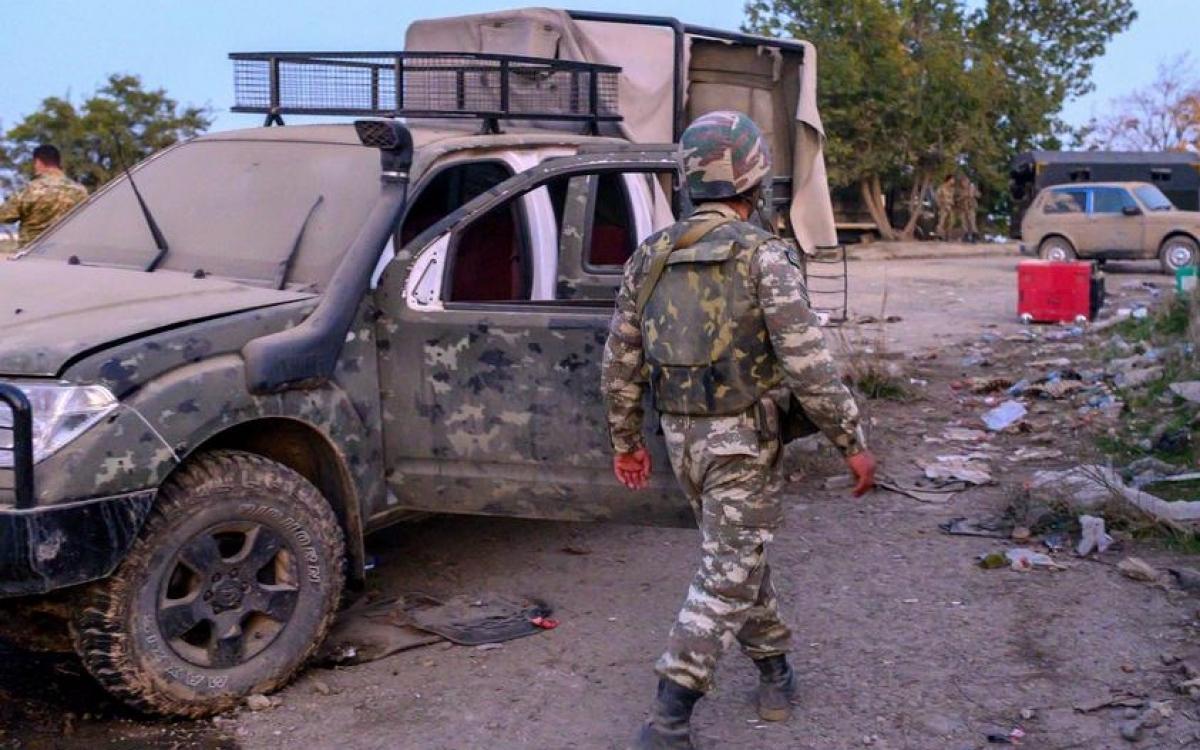 Một chiếc ô tô lỗ chỗ vết đạn tại khu vực Karabakh. Ảnh: DW.