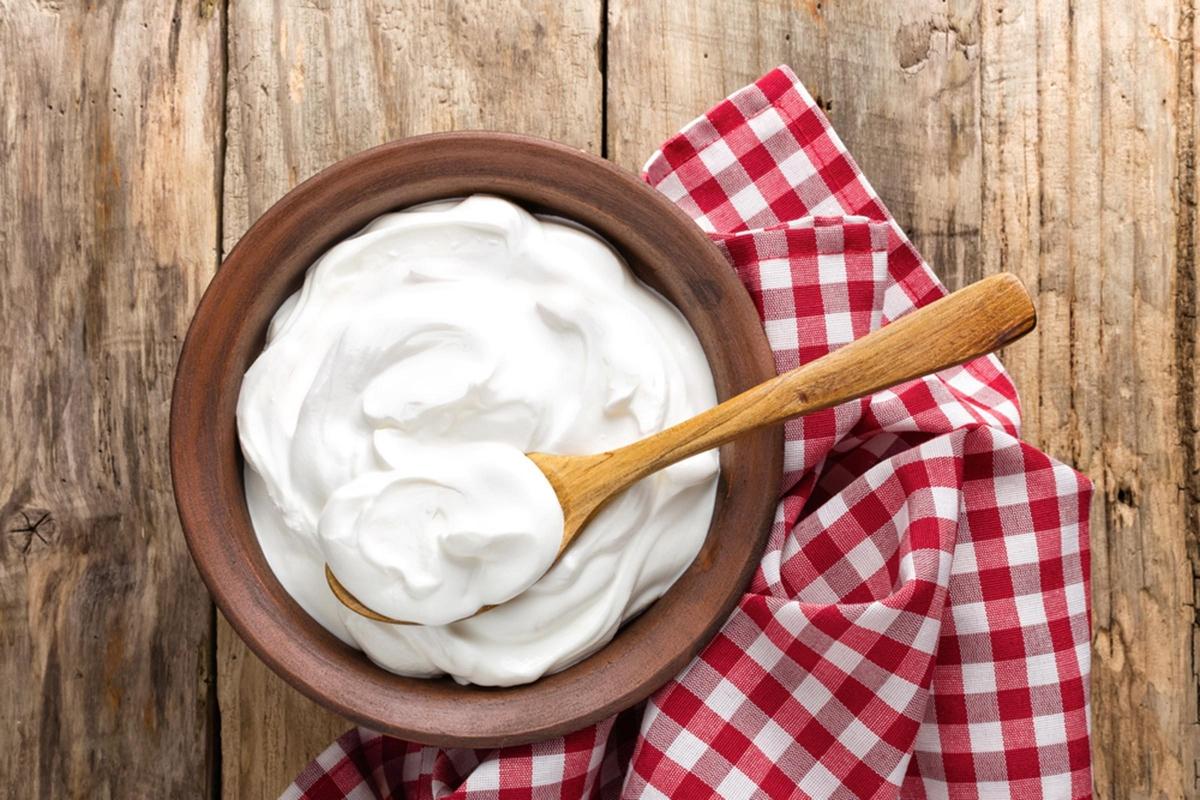 """Ăn quá nhiều thực phẩm từ sữa: Những thực phẩm từ sữa như bơ, phô mai, sữa chua và đặc biệt là sữa, có thể gây viêm da, dẫn đến tình trạng """"bùng nổ"""" mụn. Đó là bởi các thực phẩm này có thể gây mất cân bằng nội tiết tố, khiến da tiết nhiều bã nhờn hơn."""
