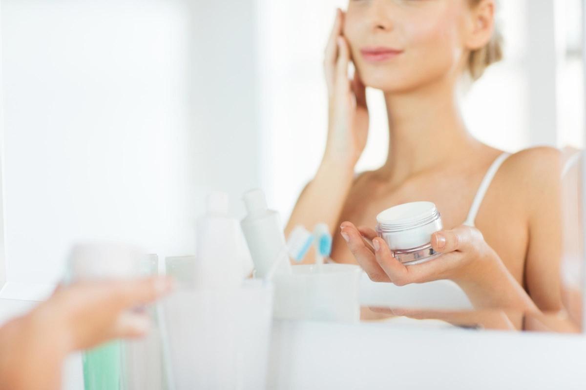 Sử dụng loại kem dưỡng ẩm không phù hợp: Da dầu không có nghĩa là da không cần dưỡng ẩm, nhưng bạn cần chọn loại kem dưỡng phù hợp với loại da của mình. Nếu da bạn thuộc loại da dầu hoặc hỗn hợp thiên dầu, bạn nên chọn kem dưỡng ẩm dạng gel hoặc kem lỏng để dưỡng ẩm nhẹ nhàng mà không làm bí da.
