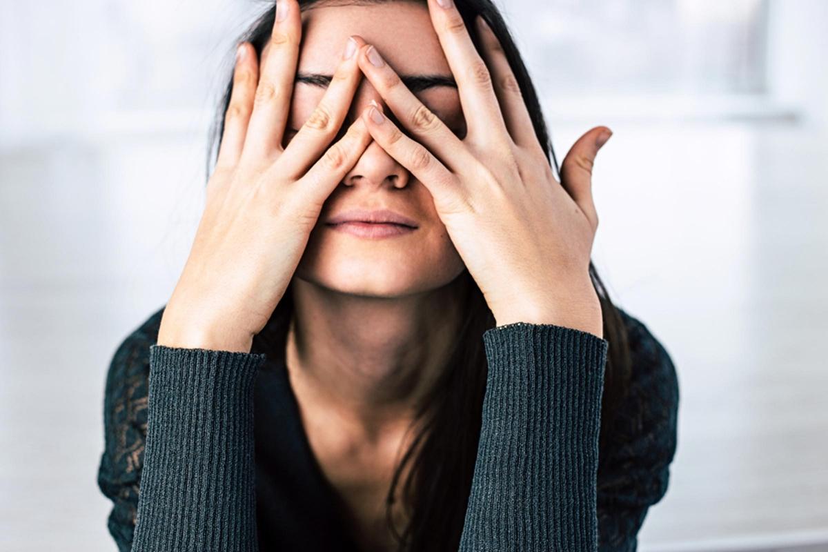 Căng thẳng: Khi bạn bị căng thẳng về tinh thần, cơ thể sẽ sản sinh nhiều cortisol - một loại hormone căng thẳng. Điều này sẽ khiến các tuyến bã nhờn tiết nhiều dầu hơn, gây tình trạng da dầu, mụn và nhiều vấn đề về da khác, khiến bạn càng thêm đau đầu.