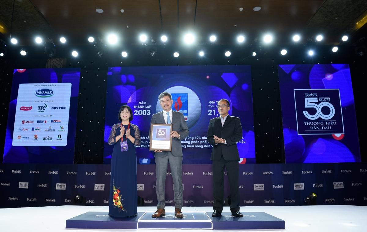 Ông Lê Cự Tân - Tổng giám đốc PVFCCo nhận Kỷ niệm chương Top 50 thương hiệu dẫn đầu