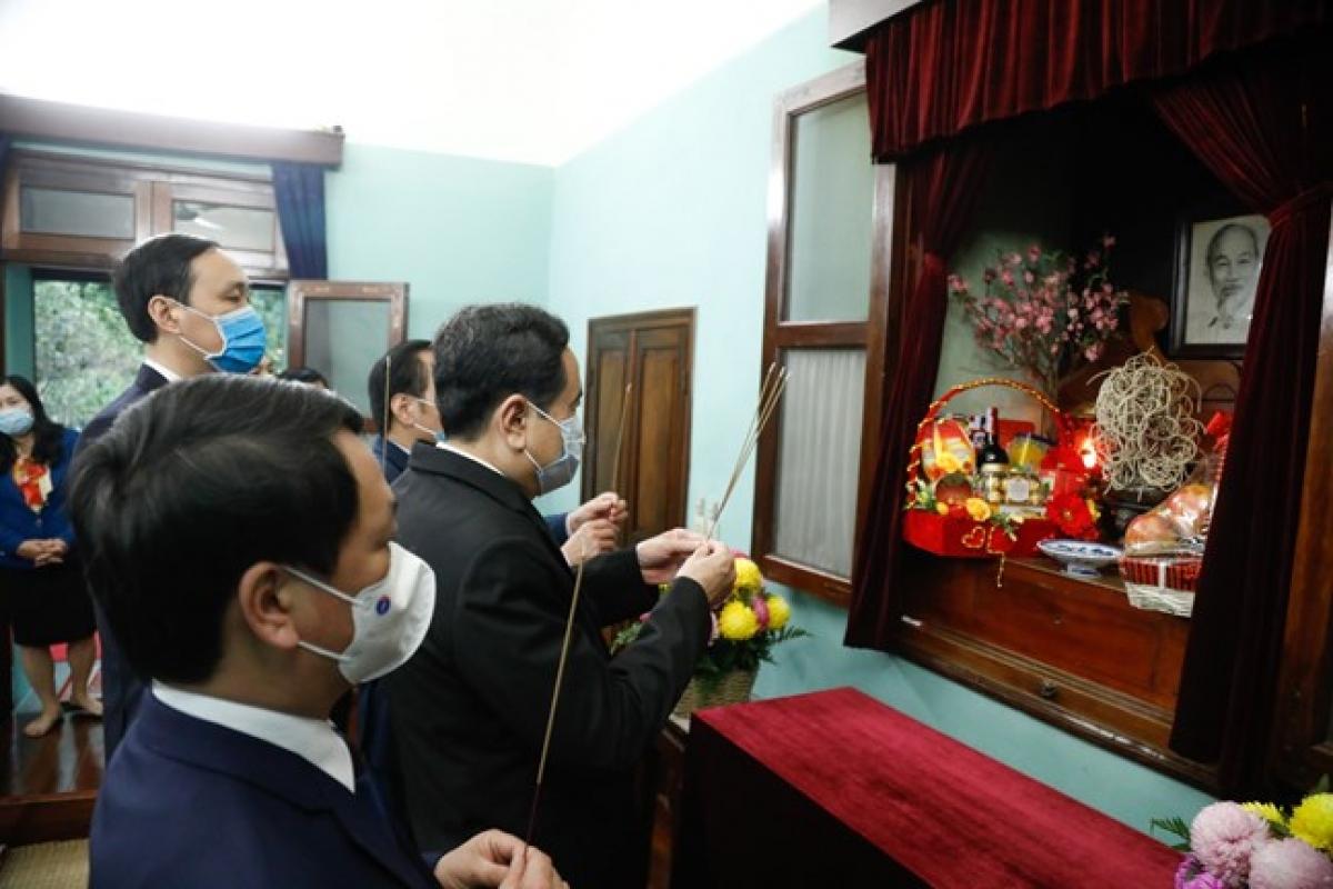 Ủy viên Bộ Chính trị, Chủ tịch UBTƯ MTTQ Việt Nam Trần Thanh Mẫn dâng hương tưởng nhớ Chủ tịch Hồ Chí Minh