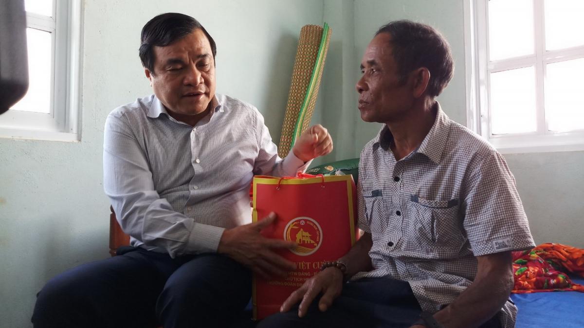 Ông Phan Việt Cường thăm, tặng quà người dân vùng sạt lở ở nóc Ông Sinh, thôn 1, xã Trà Vân, huyện Nam Trà My.