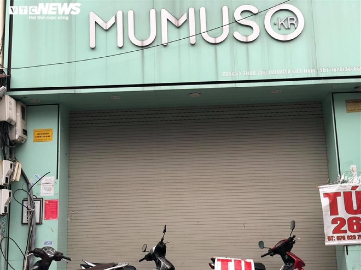 Các cửa hàng kinh doanh thương hiệu lớn cũng ngậm ngùi nghỉ Tết kéo dài. Trong ảnh là một cửa hàng của thương hiệu mỹ phẩm nổi tiếng Mumuso đã đóng cửa từ trước Tết Nguyên đán Tân Sửu 2021 đến nay chưa mở trở lại.