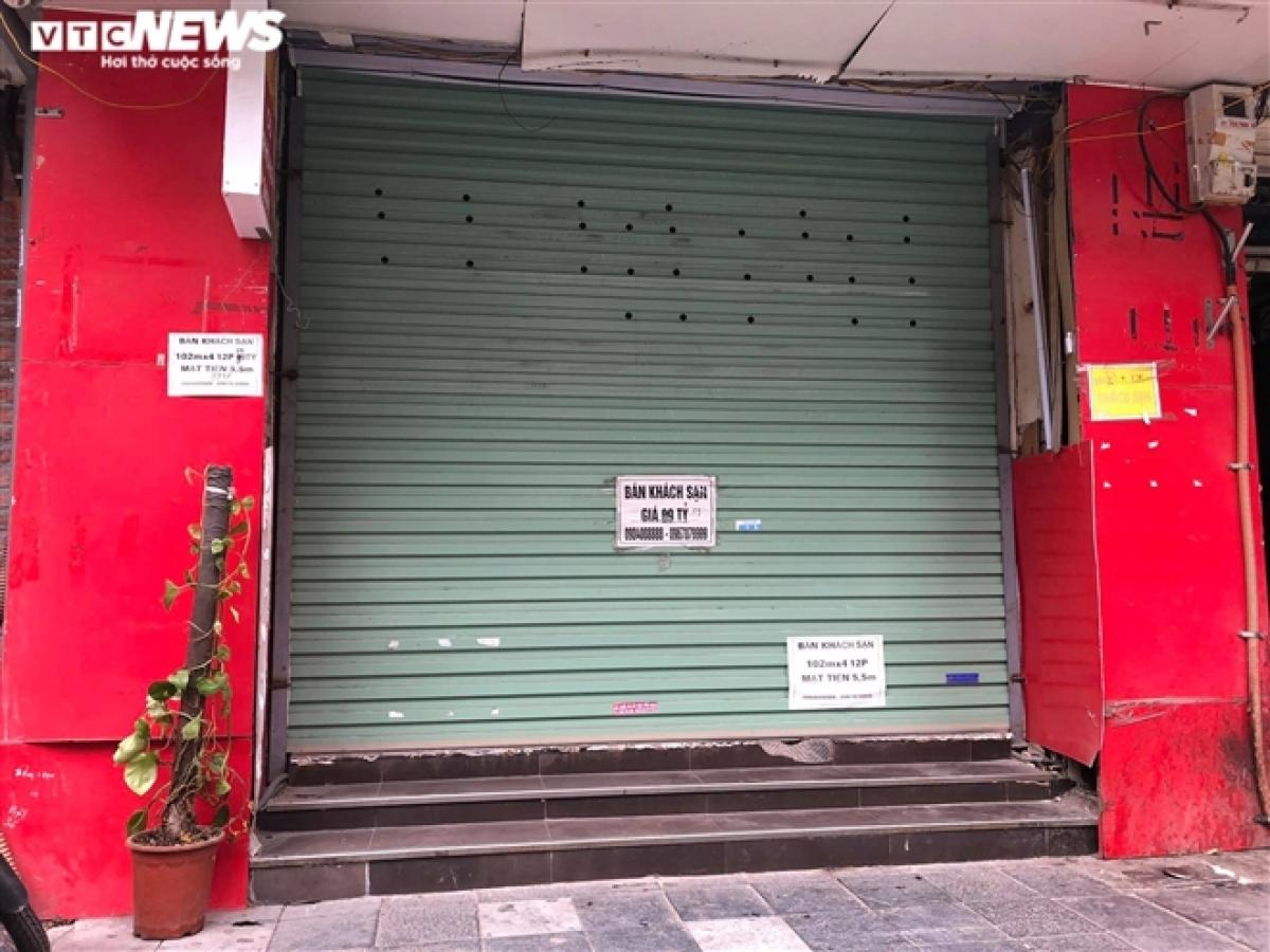 Một khách sạn ở phố Hàng Buồm dán giấy rao bán với giá 92 tỷ đồng.