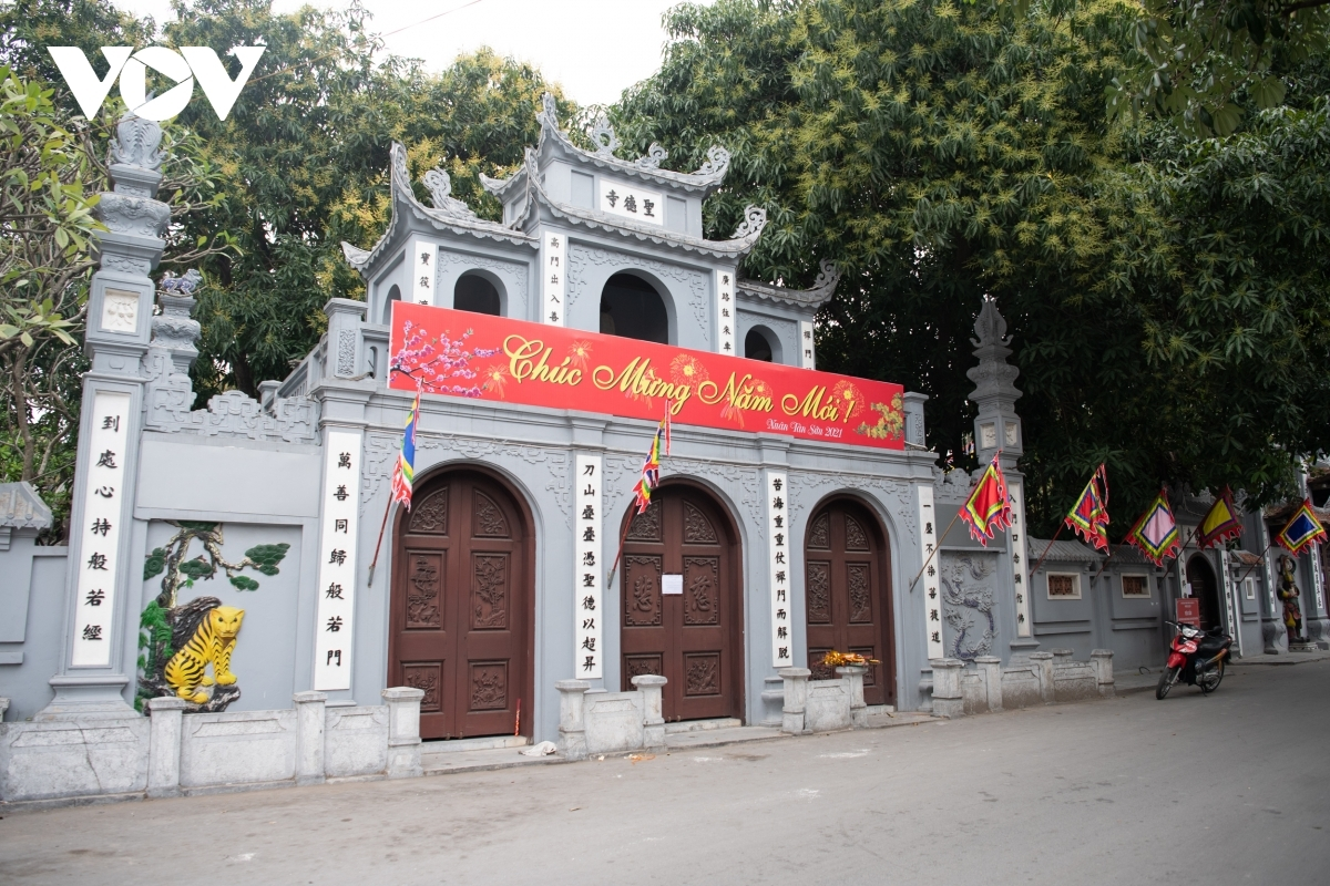 The administration of Hanoi requests that all pagodas, temples, and religious sites temporarily shut from February 16 as a means of stopping public gatherings due to an increase in the number of community COVID-19 cases in the capital.
