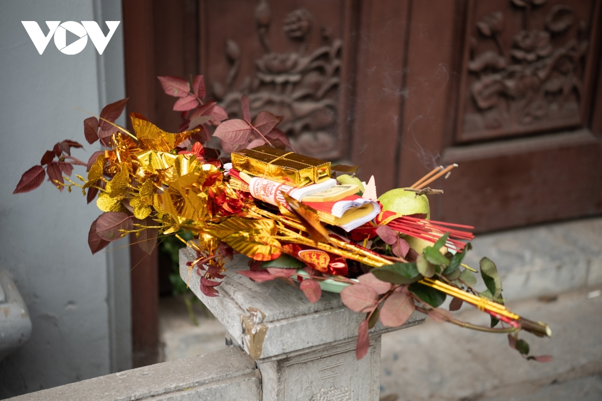 Despite the closure of the site, worshippers place offerings in front of Ha pagoda.