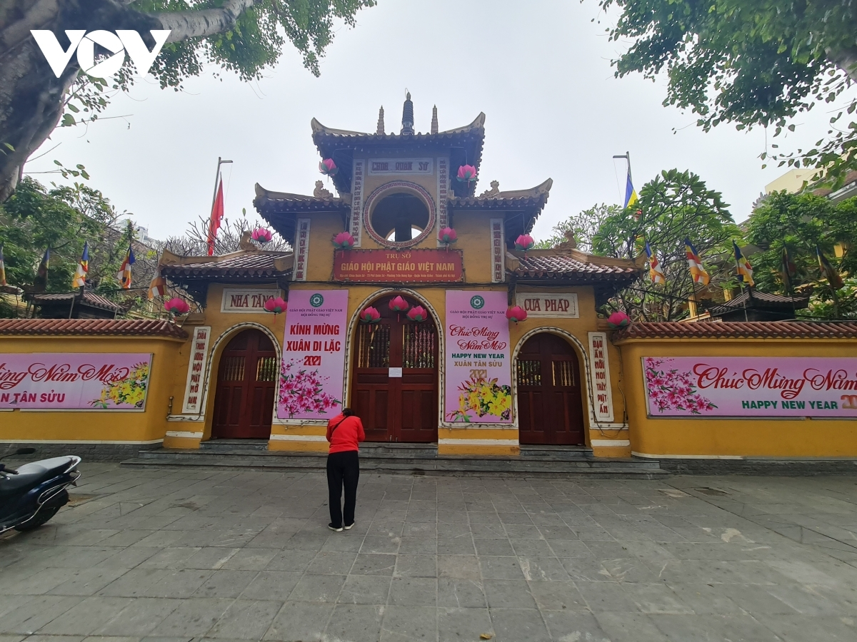 A tranquil scene outside of Quan Su pagoda with only one worshipper present