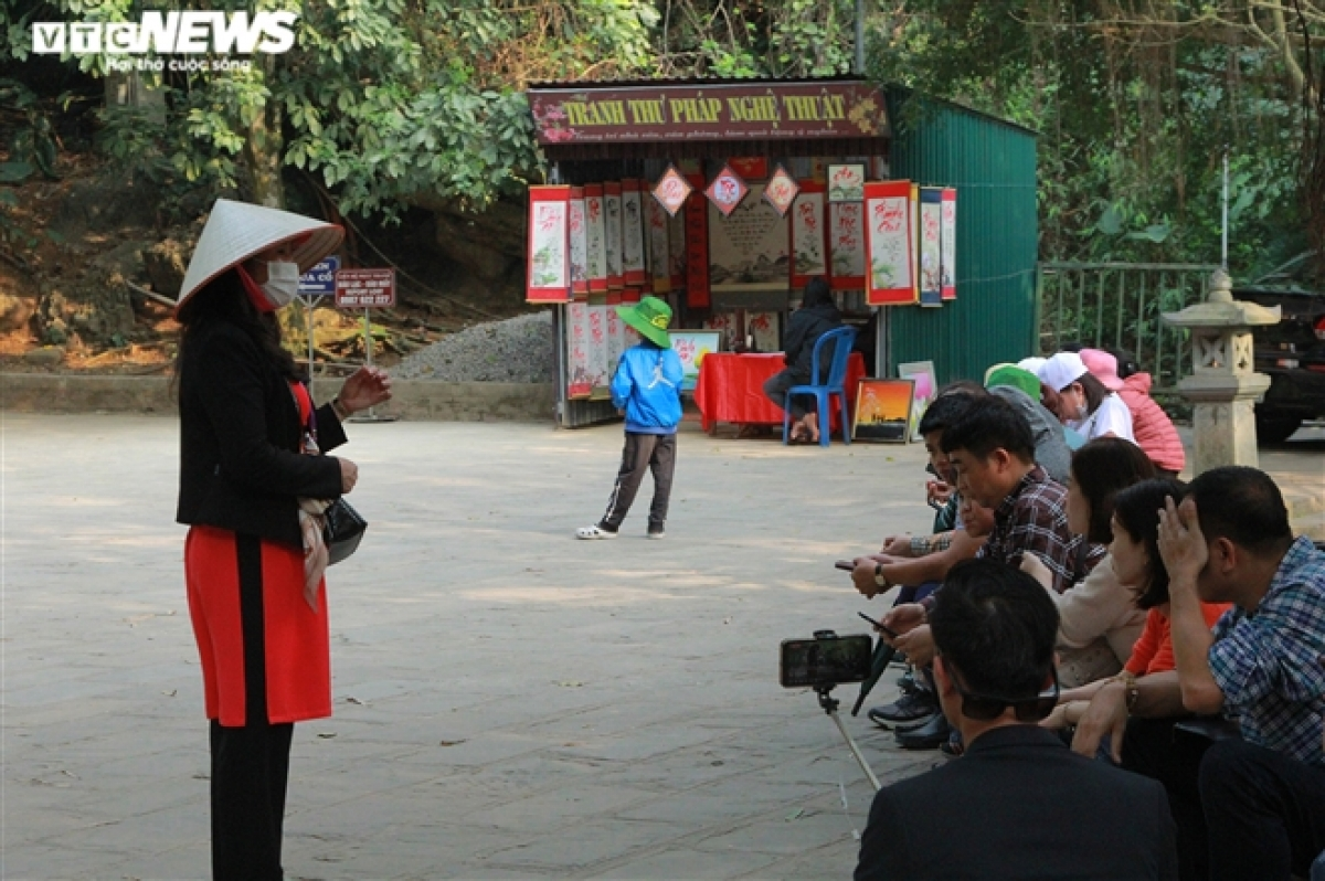 A tour guide says there has been a sharp decline in the number of pilgrims visiting Bai Dinh pagoda due to the negative influence of the COVID-19 pandemic.