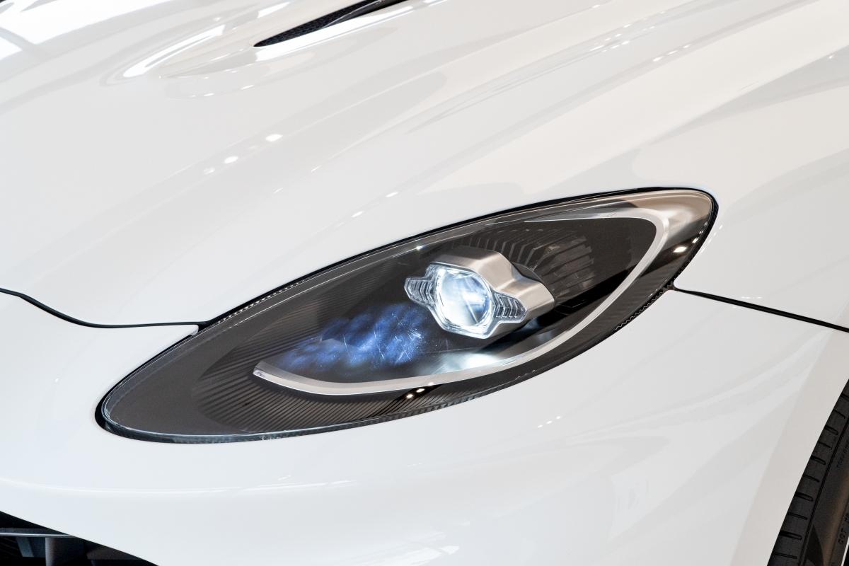 Thiết kế này cũng được các kỹ sư của Aston Martin tính toán để giảm thiểu tiếng ồn trong cabin khi vận hành.