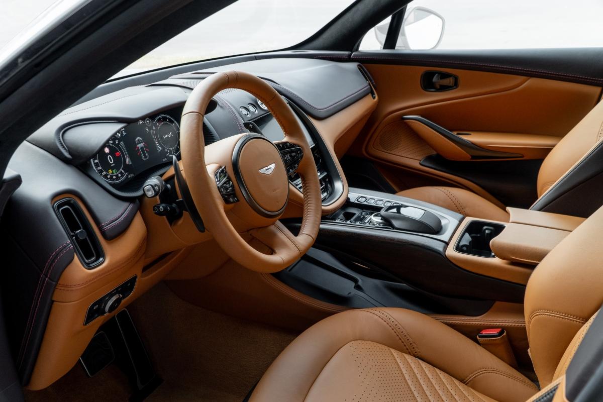 Giống như vẻ ngoài hiện đại, thể thao, nội thất củaDBX được chế tác thủ công với ghế ngồi được bọc da nguyên tấm cùng các chi tiết kim loại, gỗ quý và đặc biệt là sợi lanh tổng hợp - vật liệu lần đầu tiên xuất hiện trong ngành công nghiệp ô tô.