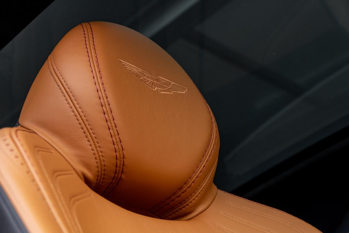 Xe được trang bịthiết kế ghế ngồi thể thao giúp gia tăng cảm giác cầm lái và sự thoải mái khi lái xe đường dài.