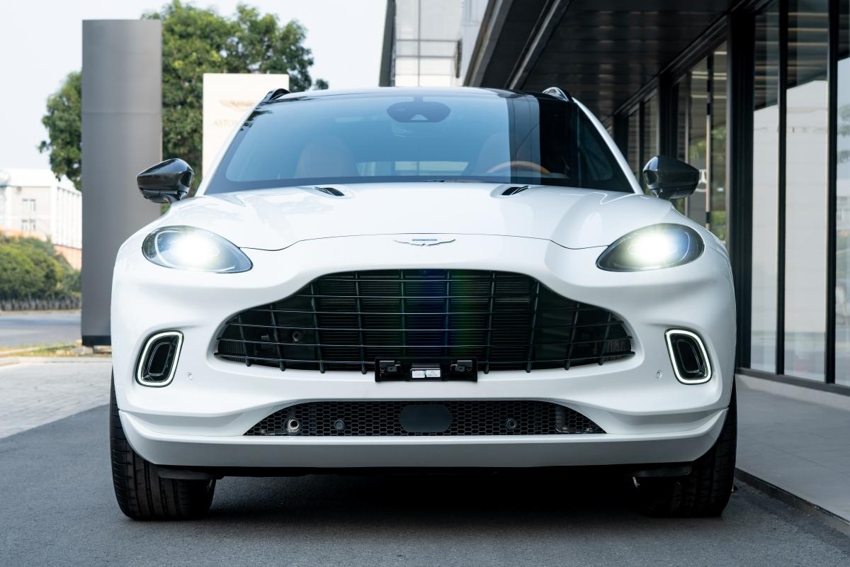 Aston Martin DBX có thiết kế khá độc đáo và cuốn hút. Xe có thiết kế phần lưới tản nhiệt đặc trưng, kết hợp với đèn pha LED hình ovan và đèn định vị ban ngày (DRL) đặt trong hốc gió phía trước giúp không khí lưu thông dễ dàng theo hướng vòm bánh và dọc theo hai bên hông, từ đó giảm lực cản và lực nâng đồng thời làm mát hệ thống phanh. Luồng khí còn đi theo nóc xe, qua cánh gió và cửa sổ sau đến cánh lật ở cửa cốp giúp kính sau xe luôn được giữ sạch trong quá trình di chuyển.