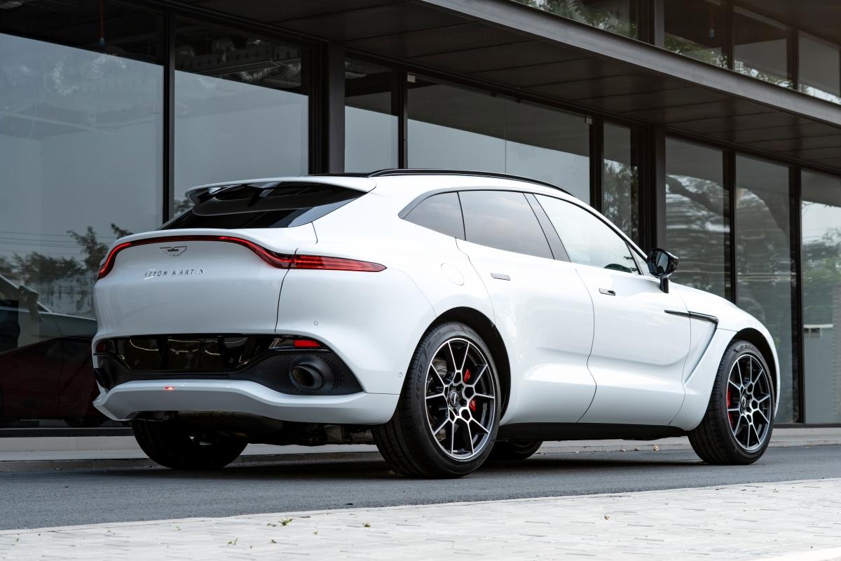 Về vận hành,Aston Martin DBX trang bịđộng cơ V8 4.0 lít, hệ thống tăng áp kép kế thừa từ DB11 và Vantage, siêu SUV DBX sản sinh công suất 550 mã lực và mô-men xoắn cực đại 700Nm. Khối động cơ V8 mạnh mẽ có thể tăng tốc nhanh chóng từ 0 - 100km/h mà chỉ cần đến 4,5 giây và một sự kích thích tuyệt đối. Xe có tốc độ tối đa là 291 km/h.