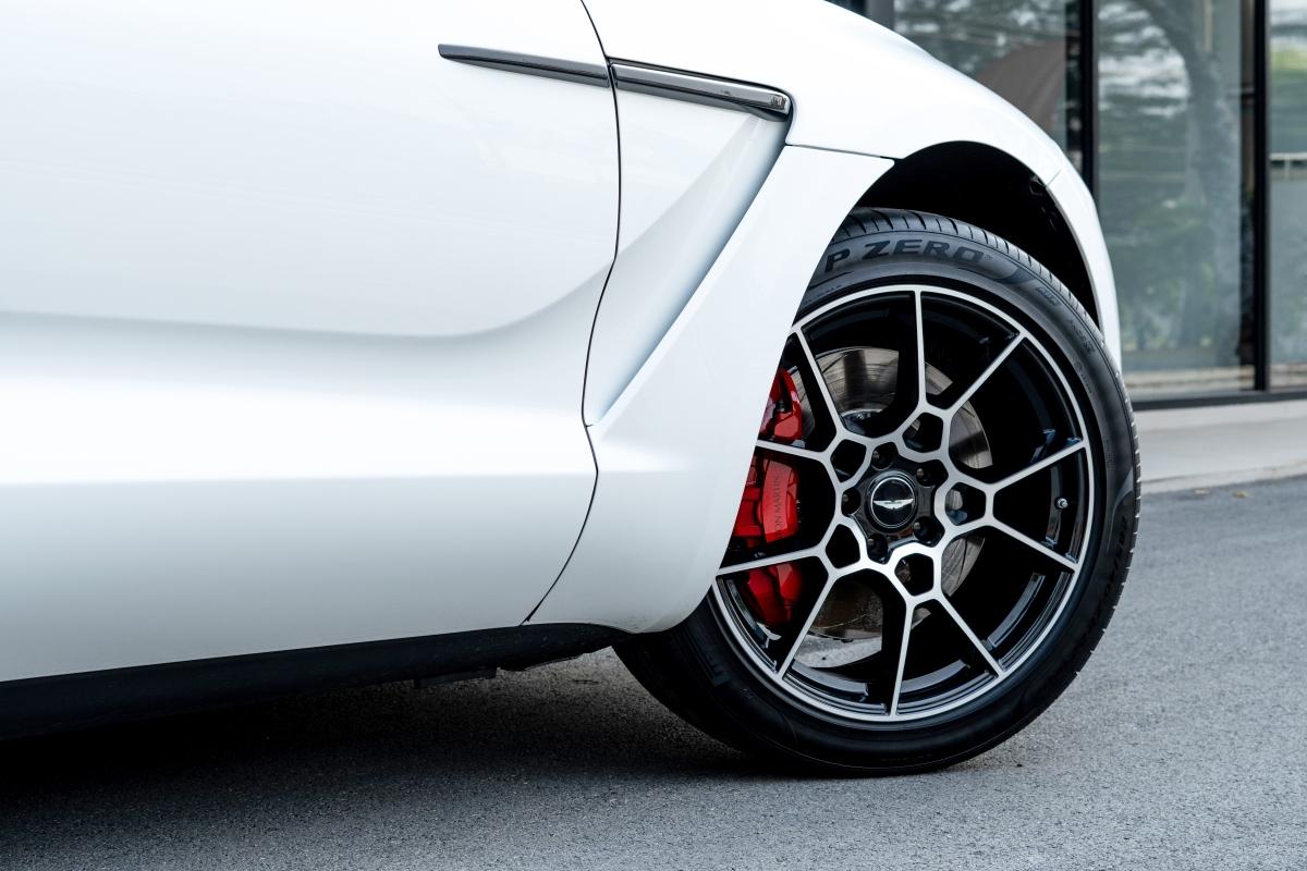 Ngoài ra, xe còn trang bị hệ thống treo khí nén ba khoang tùy biến kết hợp với hệ thống kiểm soát chống lật điện 48volt (eARC) và các bộ giảm chấn điện tử thích ứng giúp DBX có khả năng thay đổi khoảng sáng gầm xe ấn tượng, dễ dàng nâng lên 45mm hoặc hạ thấp 50mm. Đặc biệt, eARC - có khả năng tạo ra lực chống lật 1.400Nm trên mỗi trục, xử lý tinh vi theo nguyên lý của một chiếc xe thể thao thay vì SUV đơn thuần.