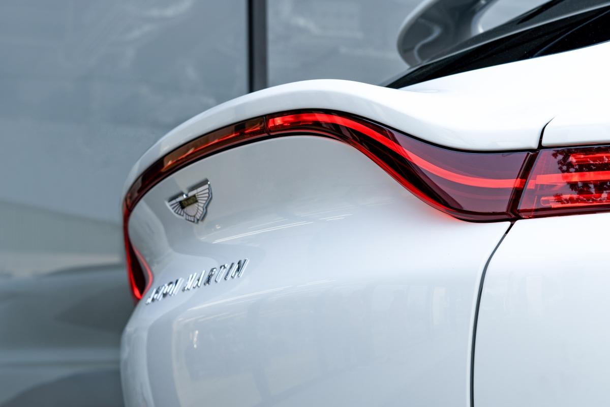 DBX phát triển từ nền tảng khung nhôm trọng lượng nhẹ, trọng lượng xe ở mức 2.245 kg.