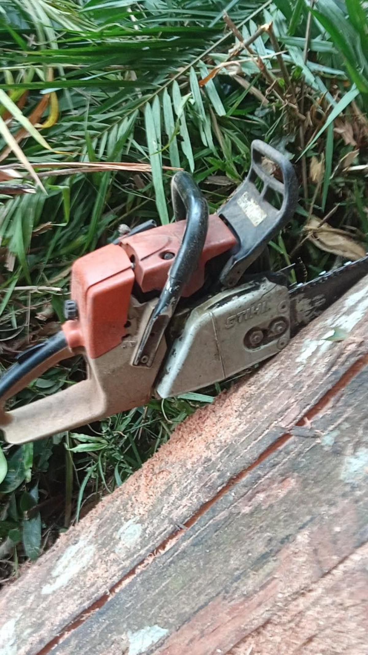 Cưa lốc đối tượng Nam và Chương dùng để đốn hạ cây rung bị thu giữ tại hiện trường.