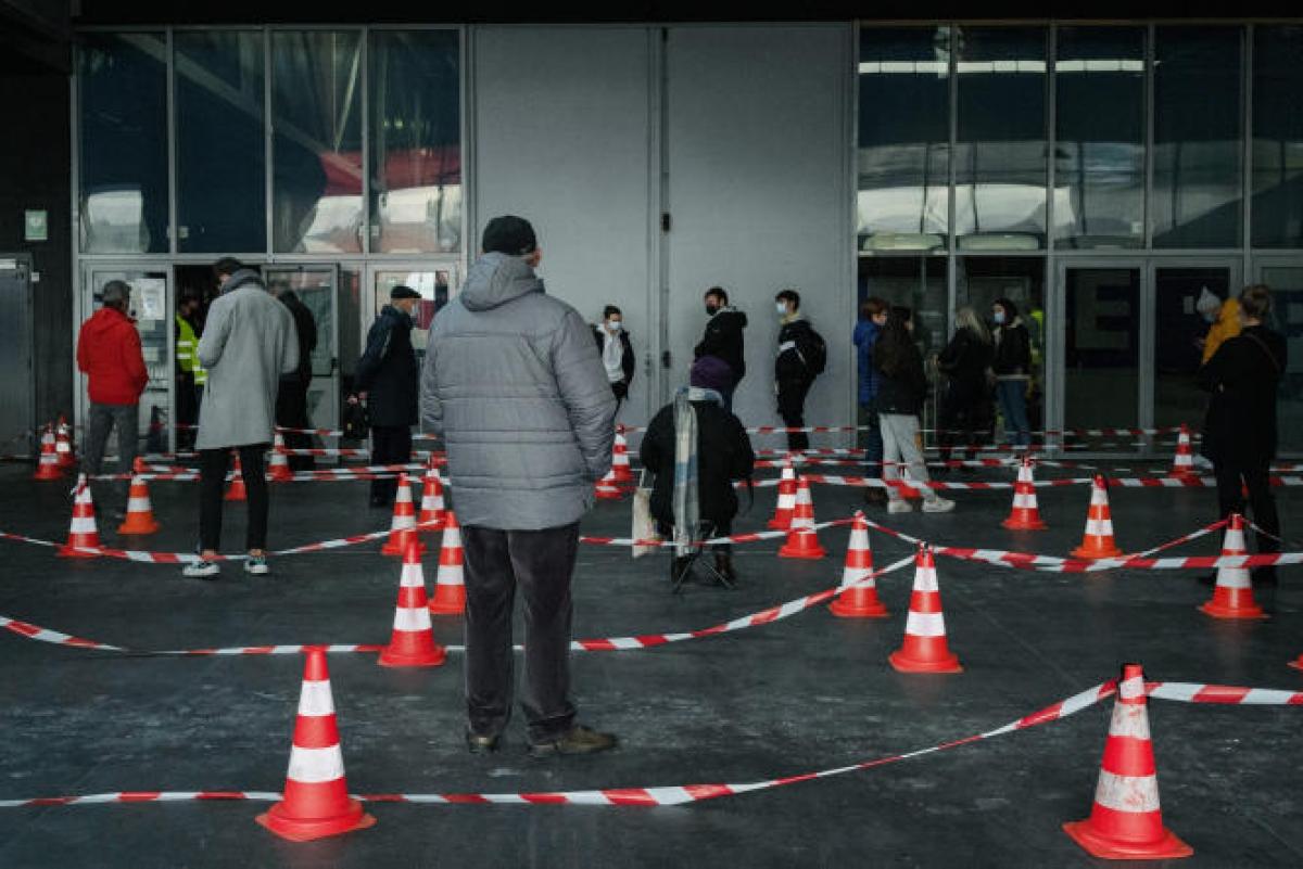 Người dân tại Dunkerque xếp hàng chờ xét nghiệm. Ảnh: Le Monde