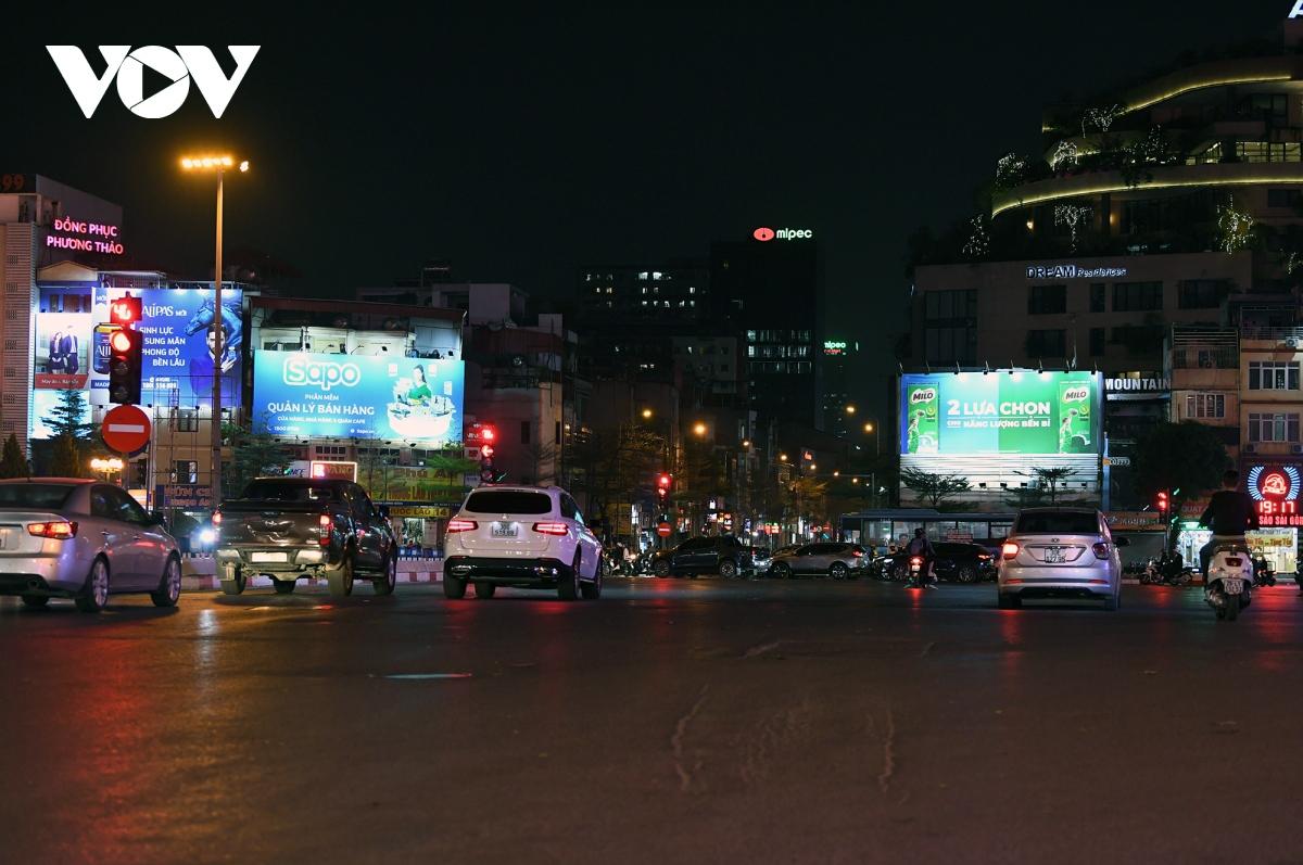 Ngã năm Ô Chợ Dừa rộng rãi, xe cộ di chuyển không gặp trở ngại nào do tắc đường.