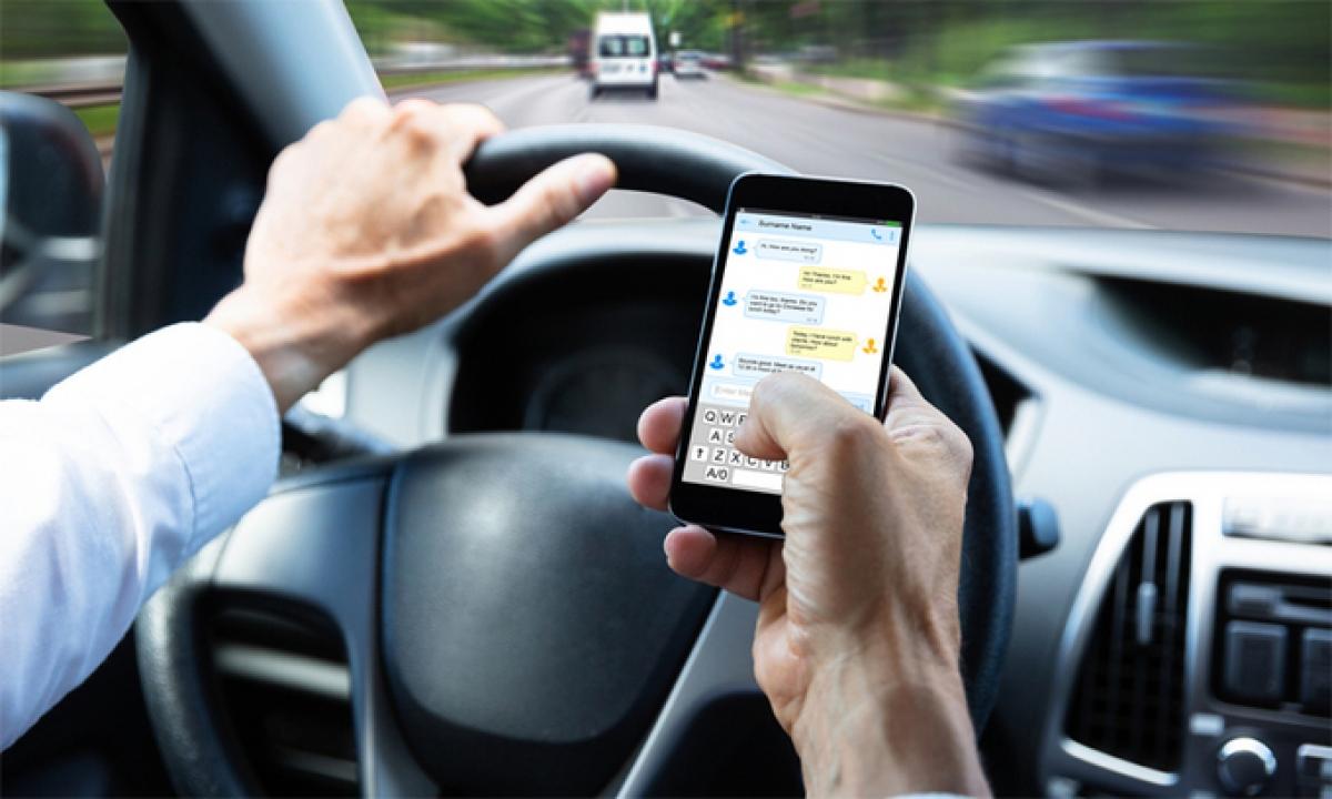 Đã lái xe bạn nên tránh làm các việc cá nhân: Sử dụng điện thoại, ăn... (Ảnh minh họa: KT)