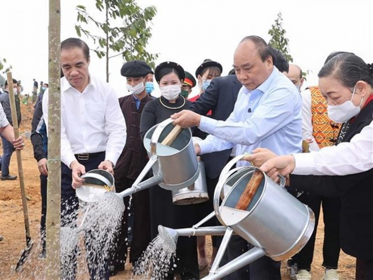 Prime Minister Nguyen Xuan Phuc (second from right) on February 23 launched a tree planting campaign in the northern mountainous province of Tuyen Quang. (Photo: VNA)
