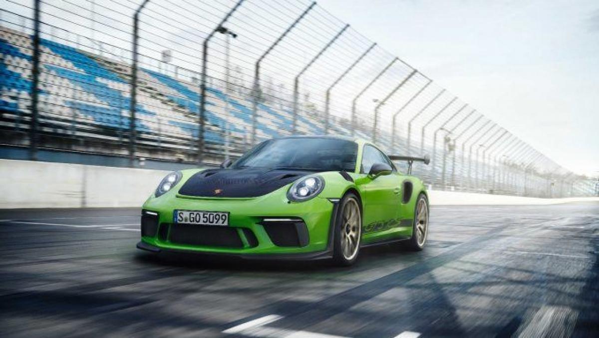 Những mẫu GT từ lâu đã trở thành mối liên kết giữa những chiếc xe đường trường và những tay đua, chiếc GT3 mới sẽ tiếp nối vai trò đó. Cánh gió sau lớn cung cấp lực đẩy xuống trong khi hệ thống treo trước đa liên kết mới sẽ giúp mũi xe bám chắc hơn. Phiên bản sửa đổi của động cơ 6 xi lanh 4.0 L trên chiếc xe hiện tại – sản sinh công suất hơn 500 mã lực và mô men xoắn tới 9.000 vòng/phút.