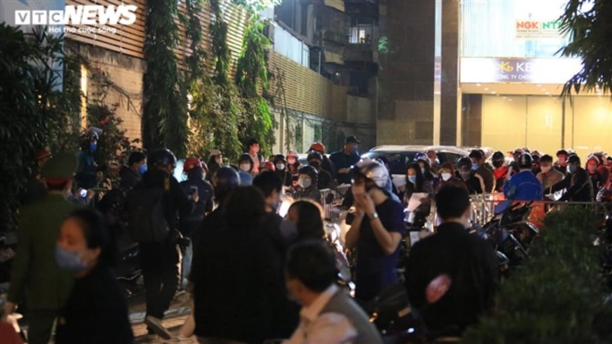 Hàng trăm người đã tiến hành khai báo y tế để vội rời khỏi chung cư này.