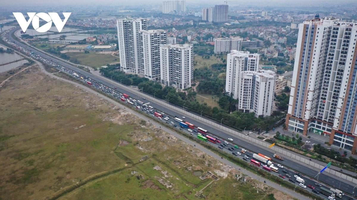 Đến 18h, mặc dù có lực lượng CSGT phân luồng các đoạn song cao tốc Hà Nội - Ninh Bình tắc cứng dòng xe đi về hướng Hà Nội.