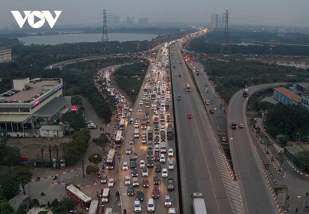 Cao tốc Pháp Vân - Cầu Giẽ chỉ ùn, tắc chiều từ Ninh Bình về Hà Nội, trong khi đó, làn đường đi Hà Nam thông thoáng xe cộ.