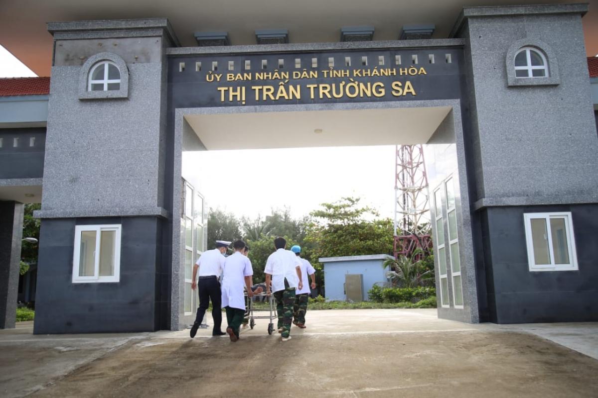 Quân y đảo Trường Sa cấp cứu ngư dân