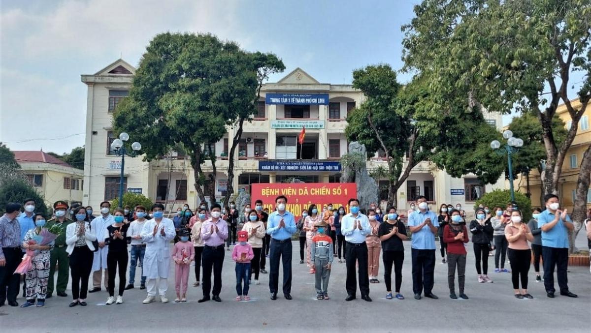 Bí thư Tỉnh ủy Hải Dương Phạm Xuân Thăng cùng đoàn công tác Bộ Y tế và các y bác sĩ tại Bệnh viện Dã chiến số 1 chúc mừng các bệnh nhân được công bố khỏi bệnh. (Ảnh: Bộ Y tế)