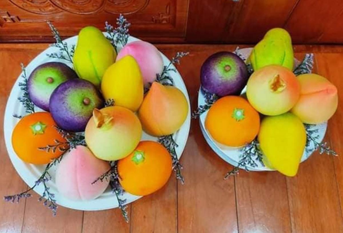 Các loại bánh bao trái cây được cửa hàng sắp thành mâm 5 - 10 quả, tùy theo nhu cầu của khách. Mâm bánh bao hình trái cây gồm 5 quả giá từ 100.000 120.000 đồng, mâm 10 quả giá từ 200.000 - 210.000 đồng. (Ảnh: VTC News)