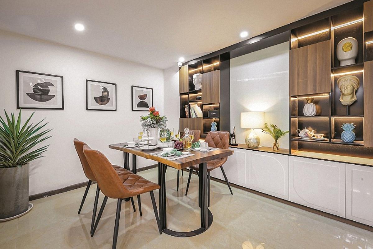 Vì diện tích không lớn nên các diện nội thất tường, trần, sàn được sử dụng màu sáng chủ đạo. Đồ nội thất kết hợp giữa mảng sáng và sẫm để tạo sự nổi bật, tương phản.
