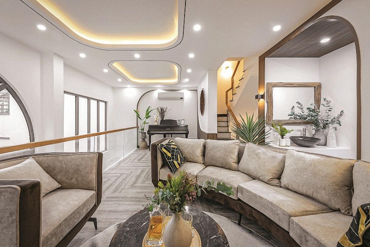 Tầng 2 là phòng khách – sinh hoạt chung. Với giải pháp đưa cầu thang vào góc nên không gian phòng khách rất rộng rãi. Ngôi nhà được thiết kế cho 2 người ở là người mẹ và người con trai – chủ nhà.