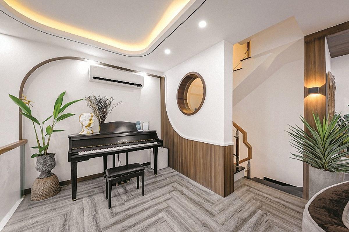 Điều thú vị là những đường cong được thiết kế trong không gian nội thất – hiện diện ở nhiều vị trí, tạo nên một nét riêng biệt cá tính. Những đồ nội thất như sofa, bàn trà, tấm gương, kệ… cũng là những hình tròn hay hình có đường cong.