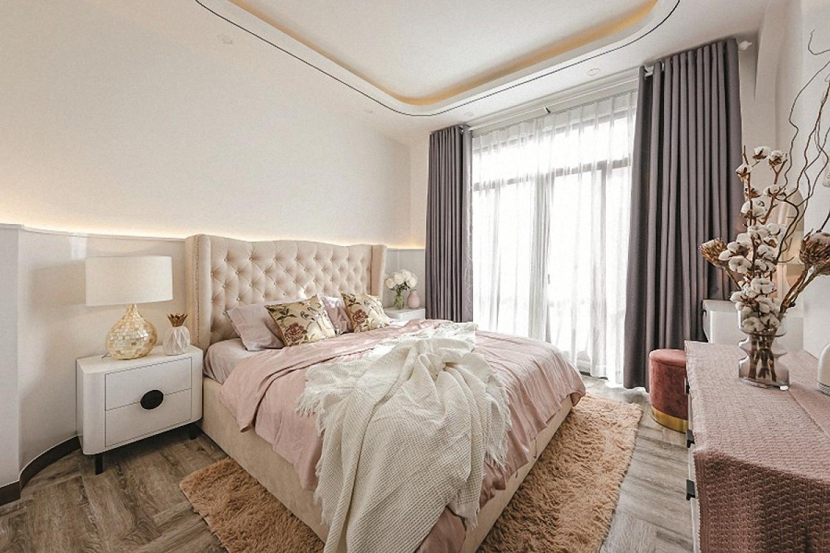 Tầng 3 là phòng ngủ của người mẹ. Nội thất được thiết kế mang nét mềm mại nữ tính.