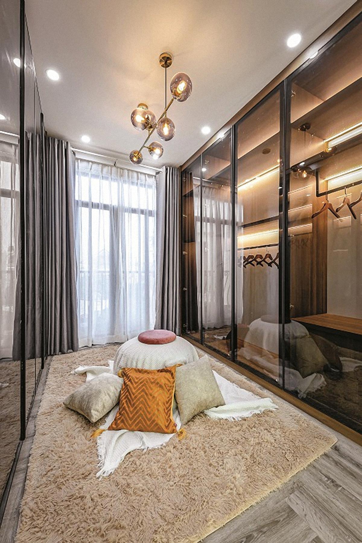 Phòng thay quần áo kế bên phòng ngủ của chủ nhân. Tủ quần áo sử dụng vật liệu kính cho cảm giác nhẹ nhàng.