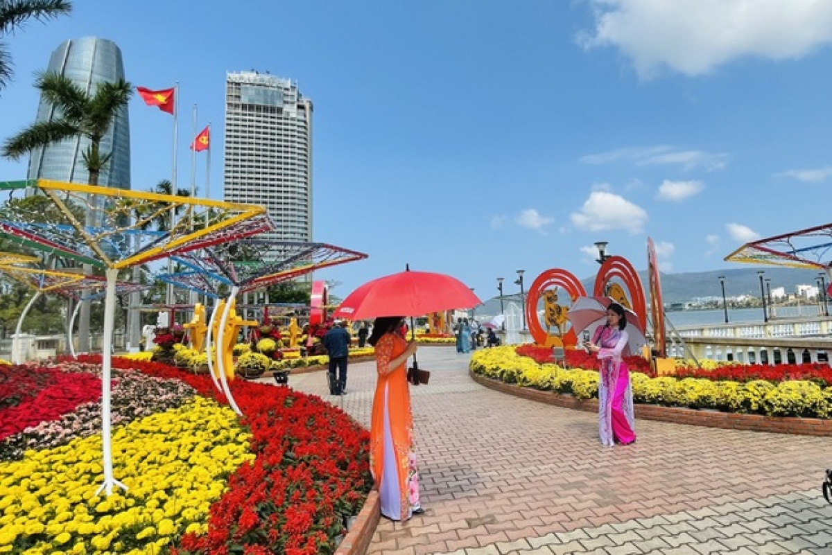 Spring flower road along the Han River attracts hordes of local people and visitors