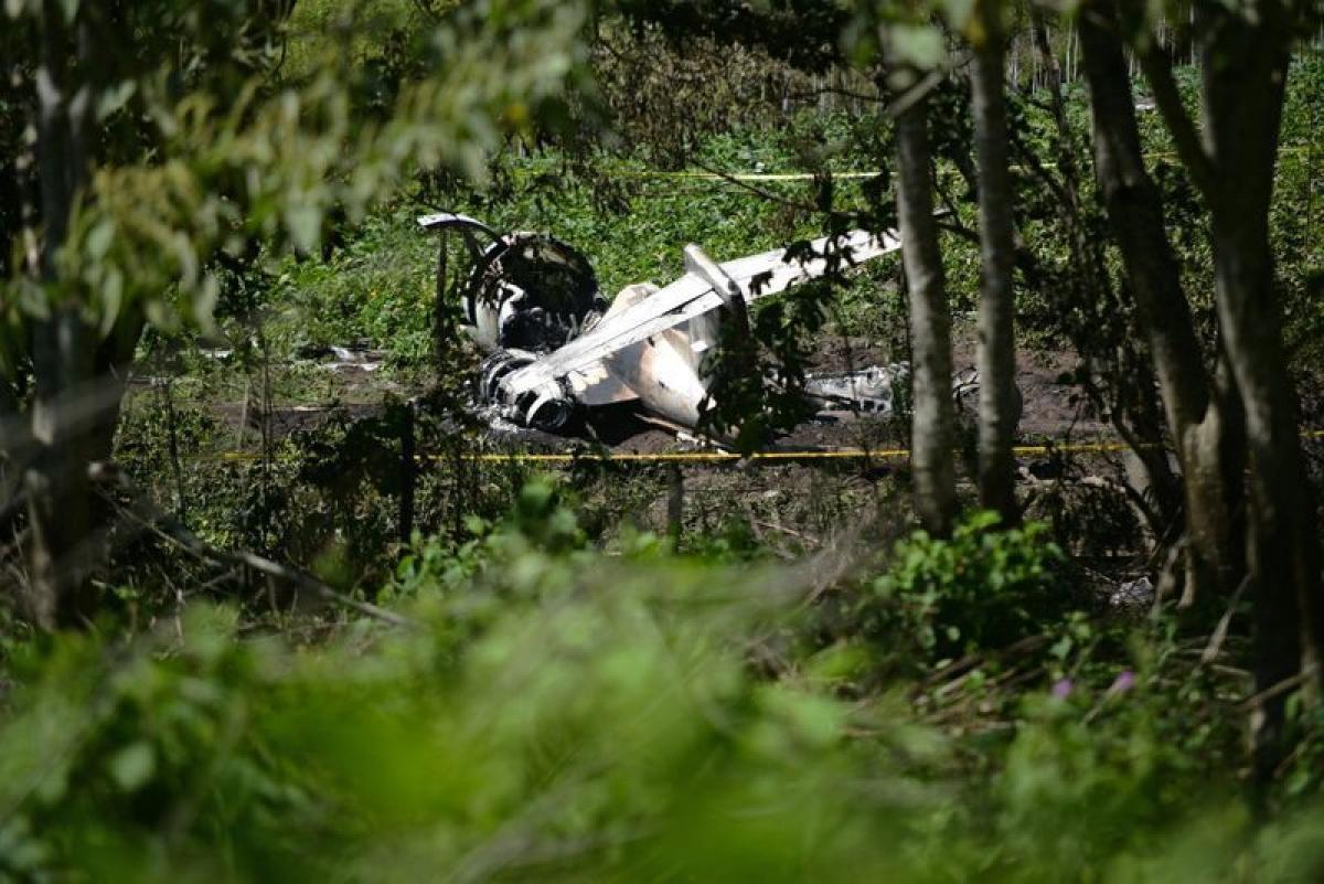 Hình ảnh xác máy bay của Không quân Mexico sau vụ tai nạn gần sân bay El Lencero ở thành phố Emiliano Zapata. Ảnh:ca.sports.yahoo.com