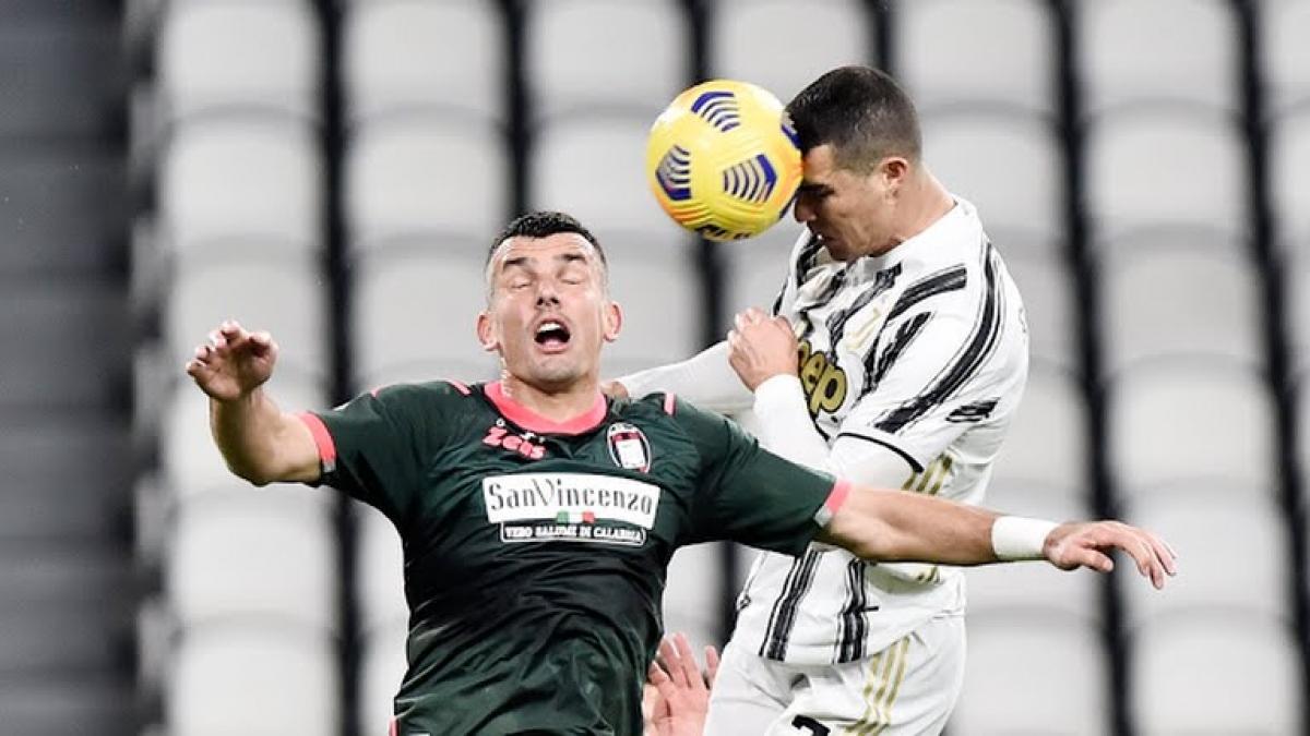 Ronaldo ghi cú đúp bàn thắng bằng đầu vào lưới Crotone (Ảnh: Reuters).