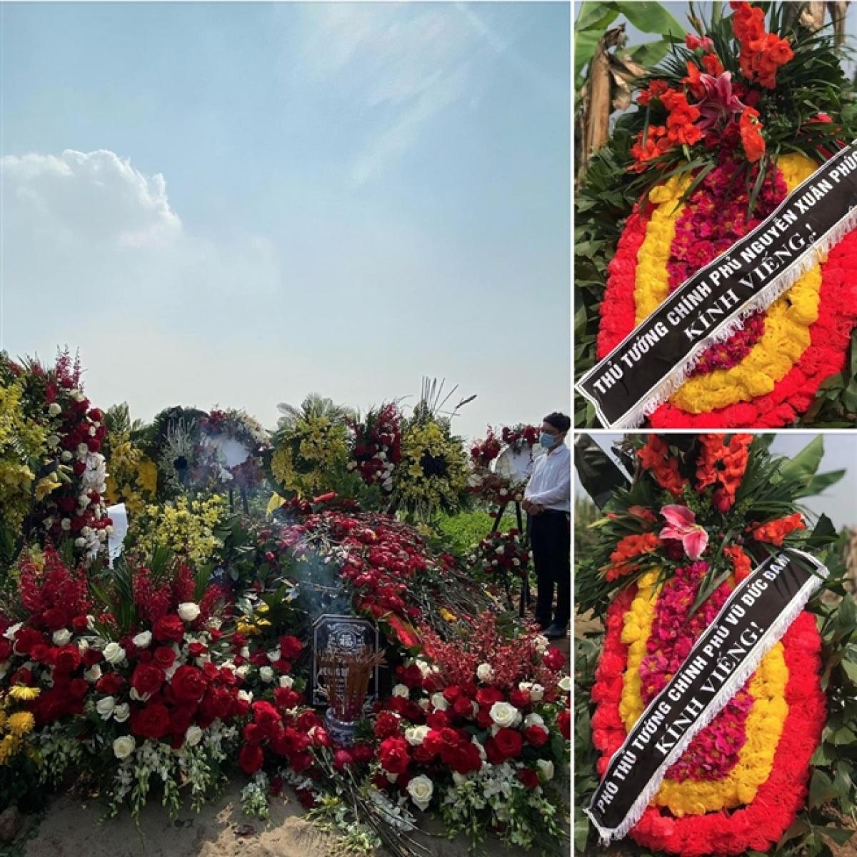Phần mộ đầy hoa của NSND Hoàng Dũng, trong đó có 2 vòng hoa của Thủ tướng Nguyễn Xuân Phúc và Phó Thủ tướng Vũ Đức Đam.