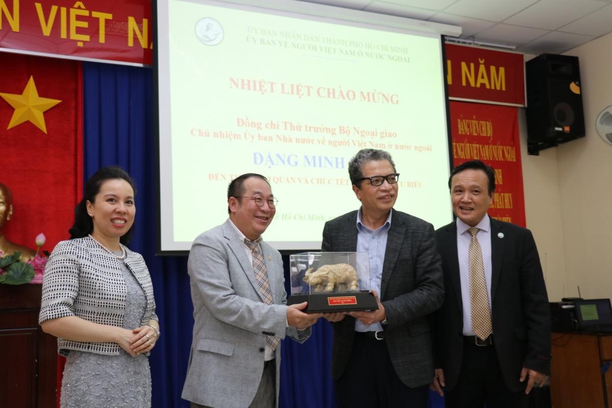 Mr. Steve Bùi (thứ 2 bên trái) đại diện kiều bào ở TP.HCM đón nhận quà tặng Tân Sửu 2021 từ lãnh đạo Bộ Ngoại giao.