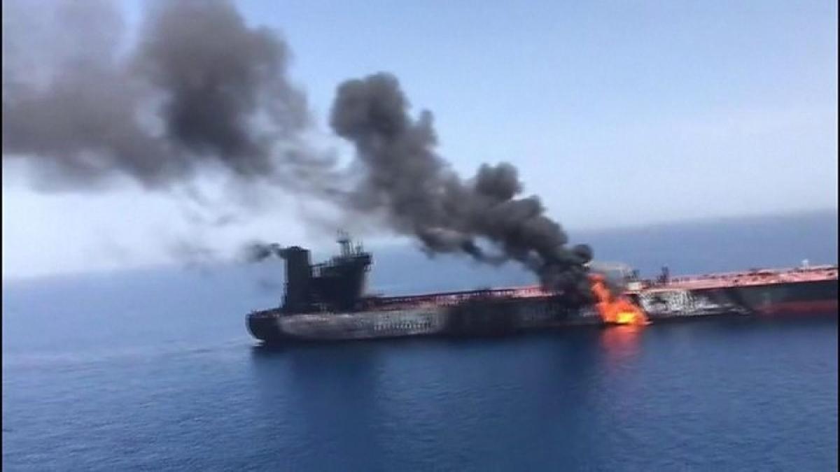 Tàu chở dầu bị cháy ở vịnh Oman. Ảnh: CyprusNews.