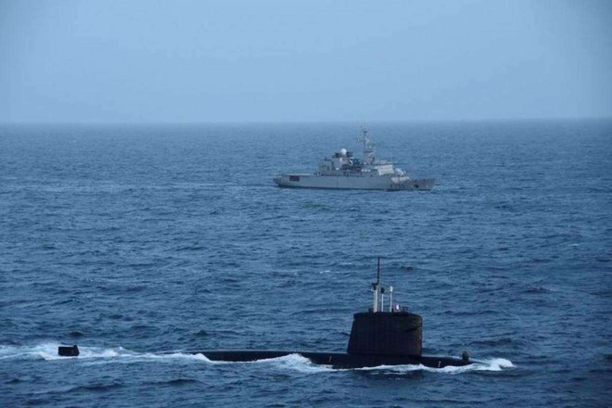 Tàu ngầm SNA Emeraude cùng tàu hỗ trợ BSAM Seine. Ảnh: Twitter.